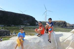 Kapurpurawan Rock Formation & Bangui Windmills – There's no way kids will endure afternoon sun so visit in the morning. Caps/visors/bandannas are ideal to give you squint-free pictures. See my squinting David above